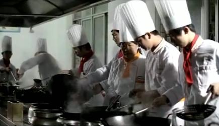 """Des étudiants en cuisine, scène tirée de """"La Chine au bout de la langue"""""""