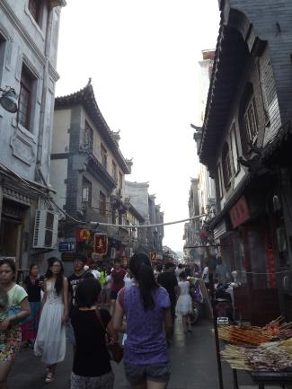 Dans la rue animée de Furongjie (芙蓉街).