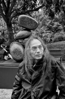 Ma Desheng avec une de ses œuvres. (Photo Armand Borlant)
