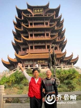 马成银 Ma Chengyin - 53 ans - et son père 马北绪 Ma Beixu - 81 ans, feront le même voyage de Beijing à Hainan.