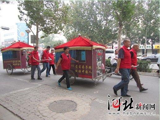 Un petit groupe, aidé par les frères Wang, en route pour la capitale du Hebei depuis Beijing.