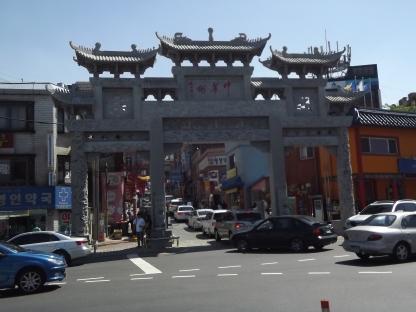 Dès la sortie du métro, on ne peut rater l'entrée imposante du quartier chinois. Photo © Pauline Kaufmann