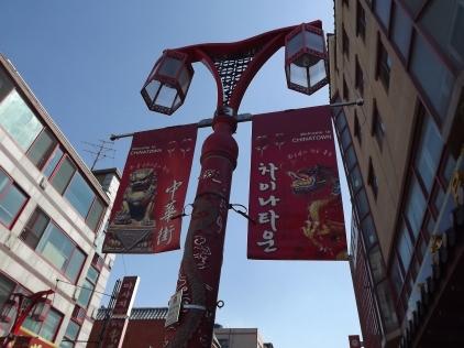 """Des lampadaires stylisés """"welcome to chinatown"""" ponctuent les rues principales du quartier chinois. Photo © Pauline Kaufmann"""