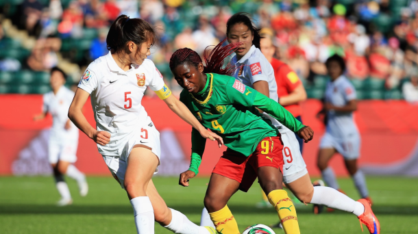 La joueuse camerounaise Ngono Mani, aux prises avec la défense chinoise  (Crédit photo : Getty images)