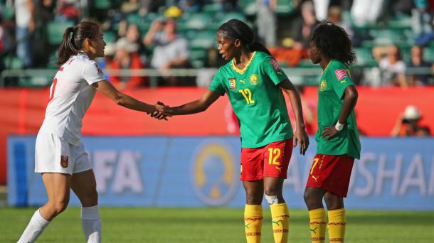La joueuse camerounaise Claudine Tcheno et la Chinoise Haiyan Wu se serrant la main en fin de rencontre  (Crédit photo : Getty images)